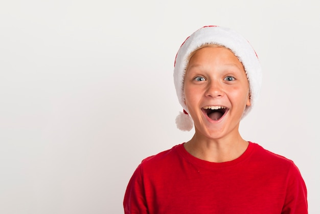Enthousiaste Garçon Portant Bonnet De Noel Photo gratuit