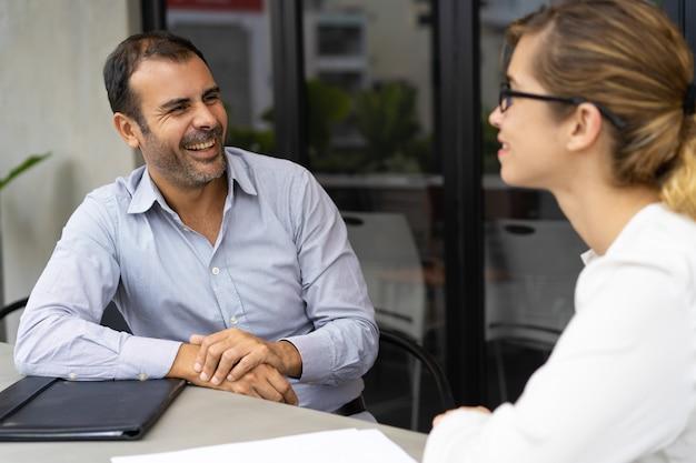 Enthousiaste gestionnaire de mi-adulte ayant un entretien avec le candidat Photo gratuit