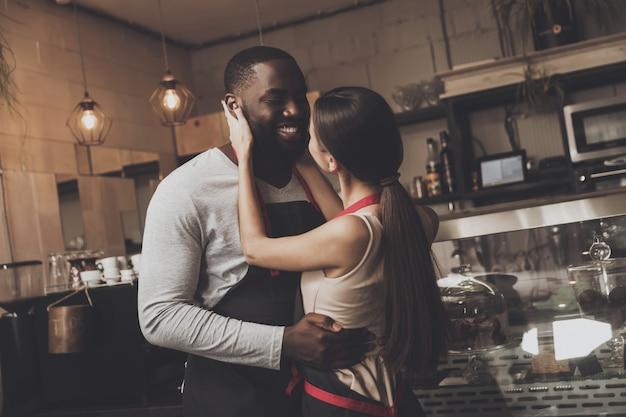 Enthousiaste homme afro-américain embrasse belle fille Photo Premium
