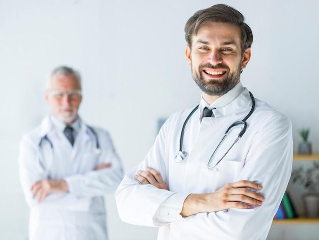 Enthousiaste jeune docteur au bureau Photo gratuit