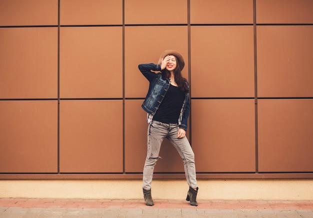 Enthousiaste jeune femme pleine longueur Photo Premium