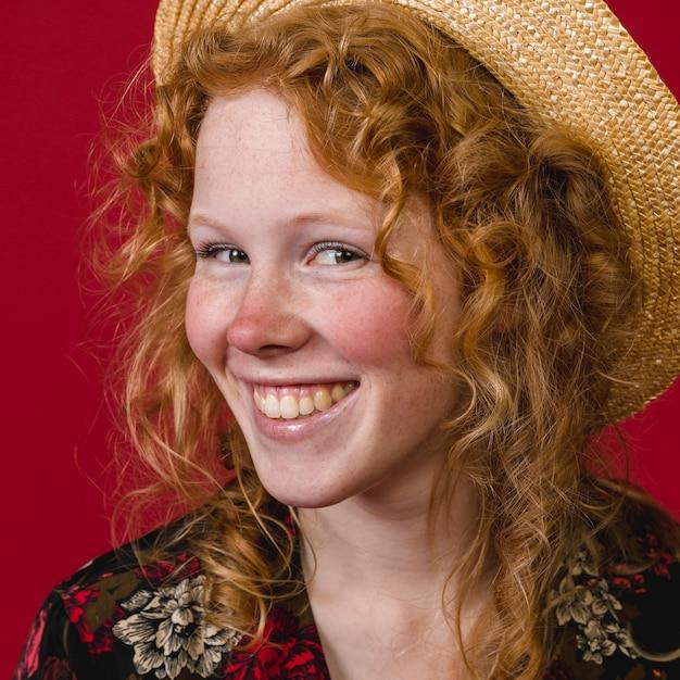 Enthousiaste jeune femme rousse à pleines dents souriant Photo gratuit