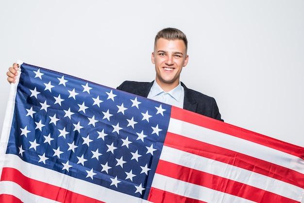 Enthousiaste Jeune Homme Tenant Le Drapeau Des états-unis Gris Photo gratuit