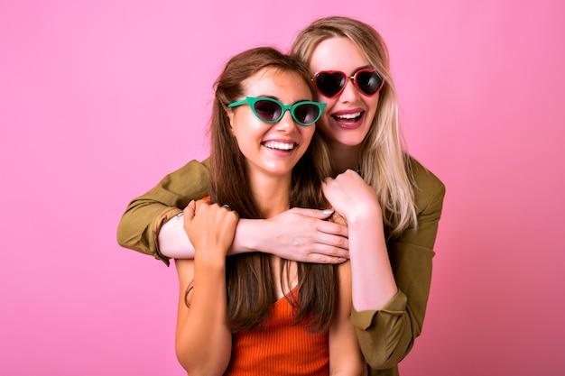 Enthousiaste Portrait Intérieur Positif De Deux Drôles De Femme Blonde Et Brune Câlins Et Se Regardant Photo gratuit