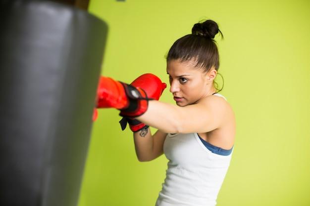 Entraînement de boxe femme dans une nouvelle salle de sport légère Photo Premium