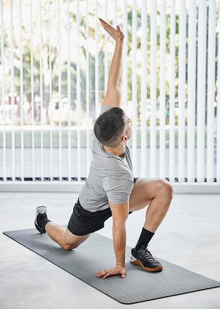 Entraînement Complet De L'homme Sur Un Tapis De Yoga Photo gratuit