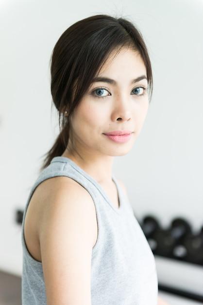 Entraînement femme au fitness Photo gratuit