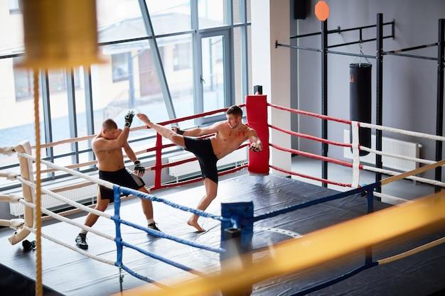 Entraînement de kickboxing en ring Photo gratuit