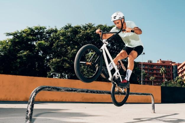 Entraînement de motards dans le skatepark Photo gratuit