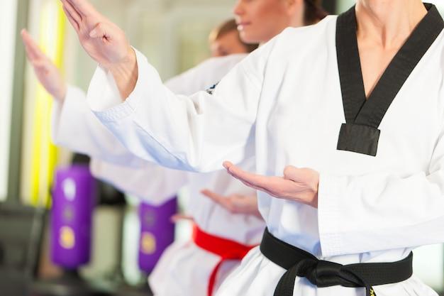 Entraînement sportif aux arts martiaux au gymnase Photo Premium