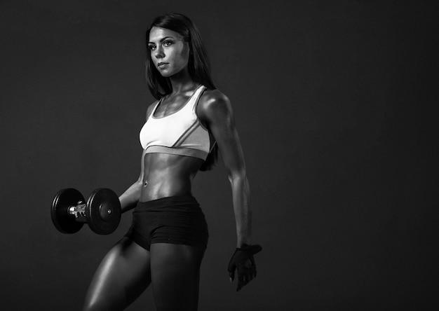 Entraîneur De Fitness Fille Afro-américaine Avec Des Haltères, Faire Des Exercices Photo Premium