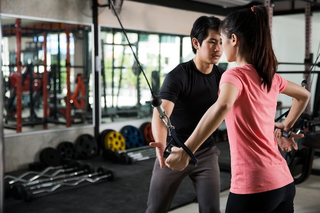 Entraîneur, homme, enseignement, asiatique, femme, gym, entraînement, correctement Photo Premium