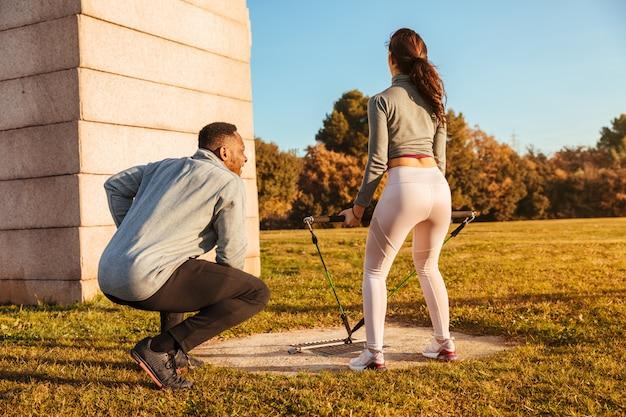Entraîneur personnel entraînant une fille à l'extérieur Photo Premium