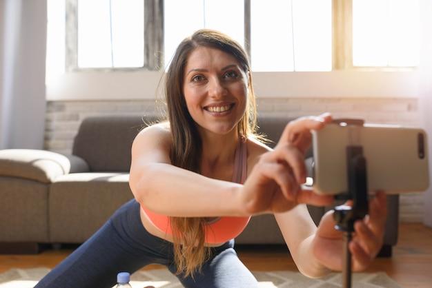 Un Entraîneur Personnel Fait Des Cours De Gym Via Smartphone Photo Premium