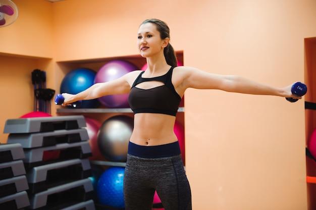 Entraîneur sportif faisant des cours d'aérobic avec des steppers. sport Photo Premium