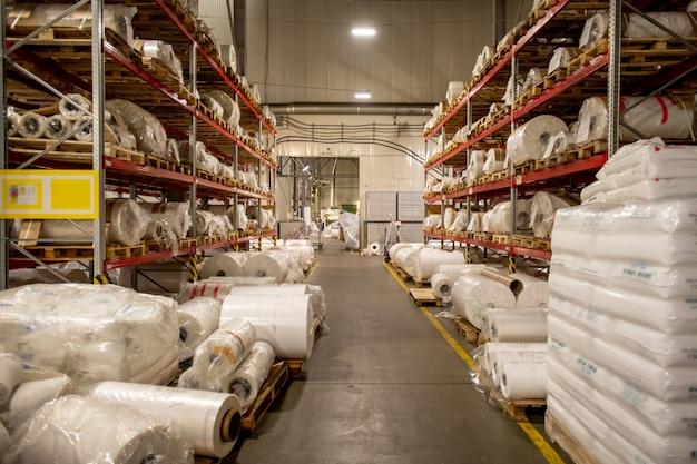 Entrepôt De Grande Usine De Production Chimique Moderne Avec Des Racks De Bobines Roulées Et Emballées De Film De Polyéthylène Photo Premium