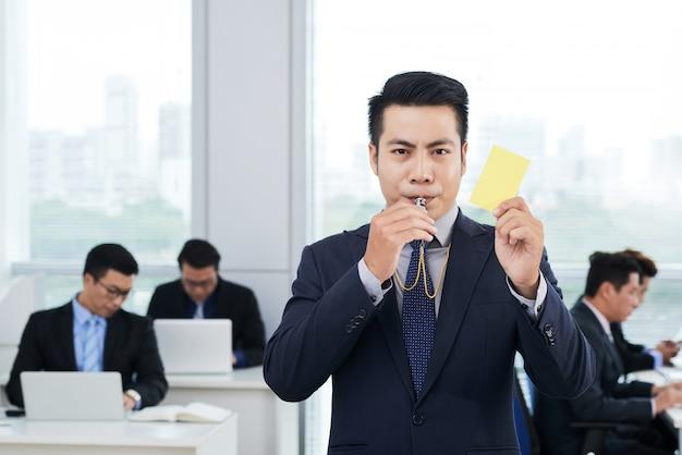 Entrepreneur Asiatique Montrant Une Carte Jaune Photo gratuit