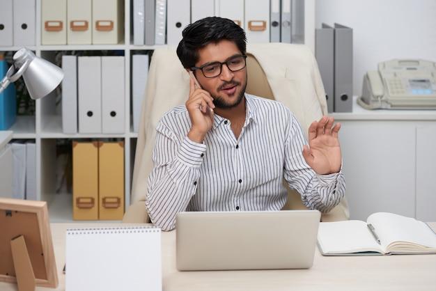 Entrepreneur ayant un appel téléphonique Photo gratuit