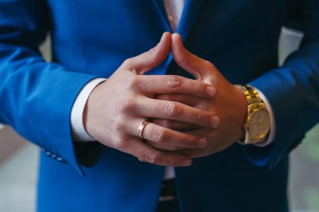Entrepreneur et homme d'affaires prospère. mains Photo Premium