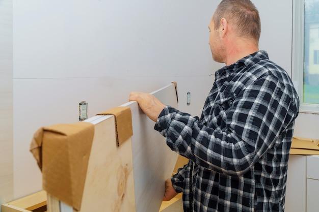 Entrepreneur installant un nouveau comptoir de cuisine en stratifié Photo Premium
