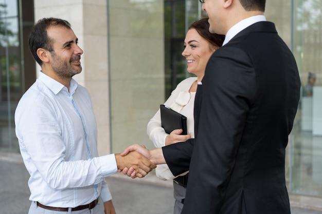 Entrepreneur joyeux saluant le nouveau partenaire commercial Photo gratuit