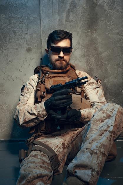 Entrepreneur militaire privé américain tenant un fusil. image sur un sombre Photo Premium