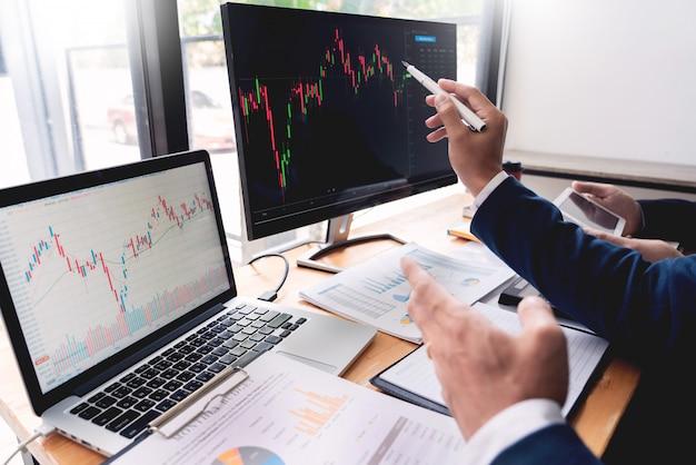 Entrepreneur trading discuter et analyser des données Photo Premium