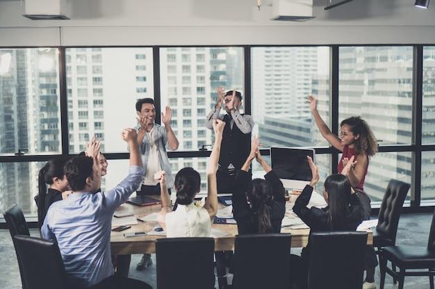Entreprenours et hommes d'affaires qui réussissent Photo Premium