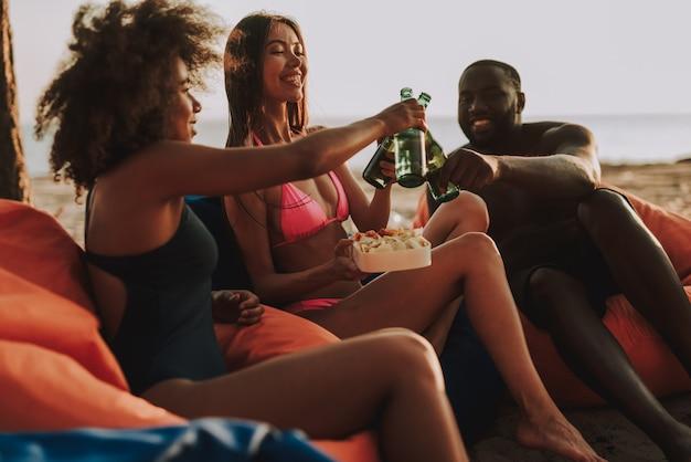 Entreprise multinationale buvant de la bière sur la plage. Photo Premium