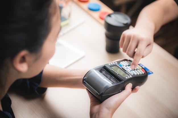 Entreprise De Paiement Avec Machine à Carte De Crédit, Concept De Paiement D'achat Client Photo Premium