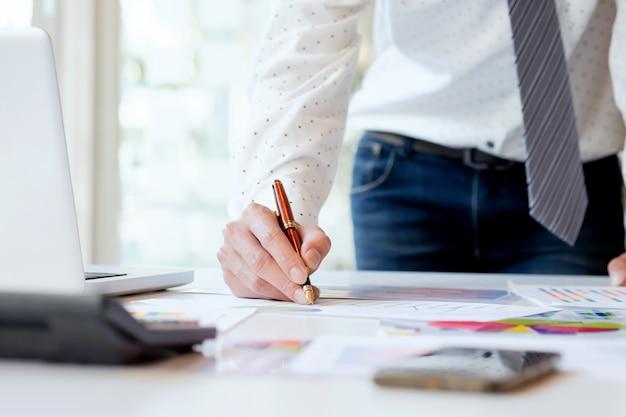 Les entreprises travaillant analysent les données marketing de haute performance. Photo gratuit