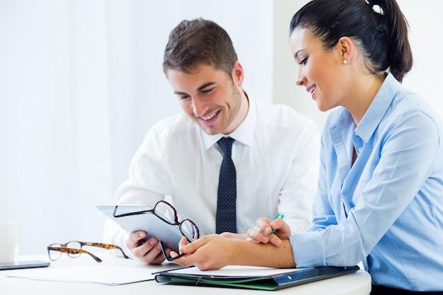 Les Entreprises Travaillant Dans Le Bureau Avec Une Tablette Numérique. Photo gratuit