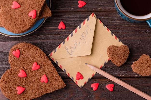 Enveloppe avec des biscuits en forme de coeur Photo gratuit