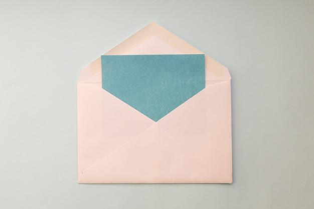 Enveloppe Blanche Avec Carte Bleue Photo Premium