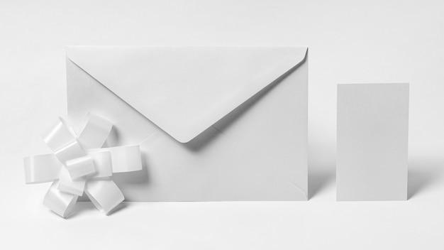 Enveloppe Blanche Et Maquette D'arc Photo gratuit