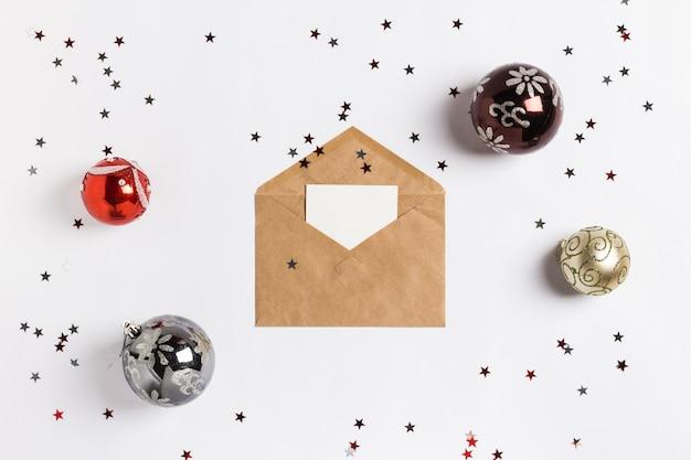 Enveloppe cartes de voeux décoration composition balles étoiles scintillantes Photo gratuit