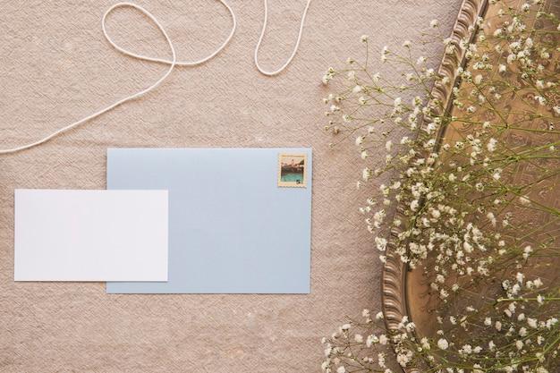 Enveloppe de composition confortable et papier Photo gratuit