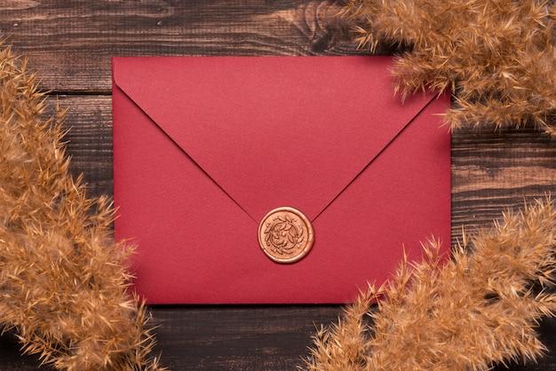 Enveloppe D'invitation De Mariage Vue De Dessus Photo gratuit