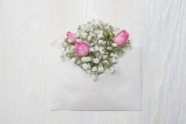 Enveloppe De Maquette Avec Des Fleurs Et Une Lettre, Carte De Voeux Pour La Saint Valentin Ou Mariage Avec Place Pour Votre Texte Photo Premium