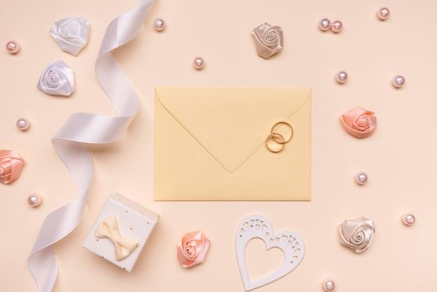 Enveloppe De Mariage élégante Avec Bagues De Fiançailles Photo gratuit