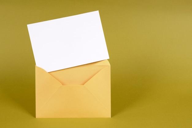 Enveloppe or avec carte message vide Photo Premium