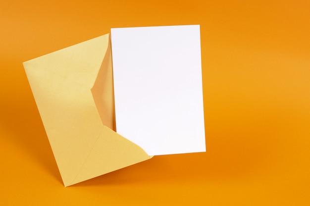 Enveloppe en or métallique avec carte de message vierge ou invitation Photo Premium