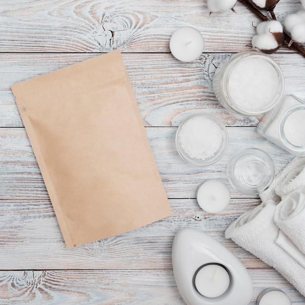 Enveloppe En Papier Avec Des Sels De Bain Et Des Bougies Photo gratuit