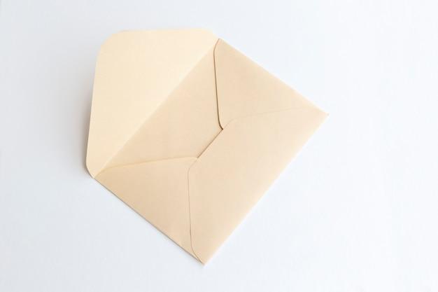 Enveloppe En Papier Vierge, Lettre Pour Le Courrier Sur Fond Clair Photo Premium