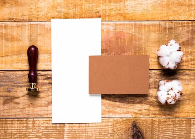 Enveloppe plate blanche avec timbre Photo gratuit