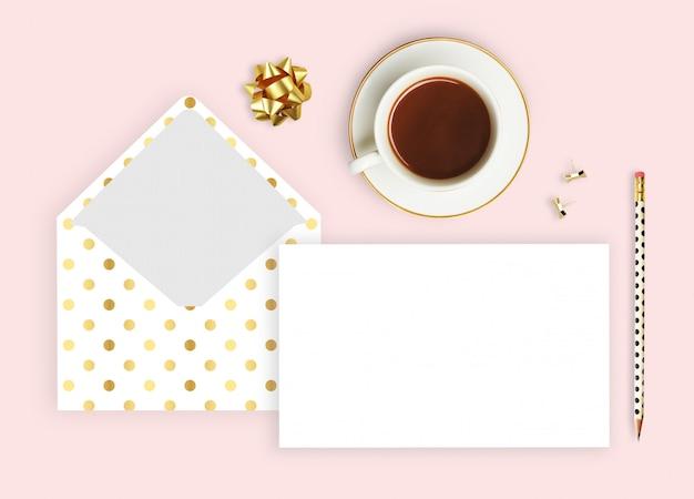 Enveloppe polka doré, tasse à café et crayon. Photo Premium