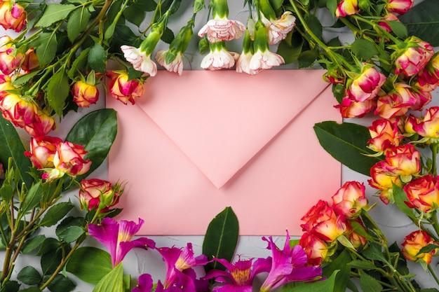 Enveloppe Rose Avec Des Fleurs, Vue De Dessus. Lettre Romantique Photo Premium