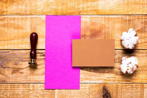 Enveloppe rose vue de dessus avec timbre Photo gratuit
