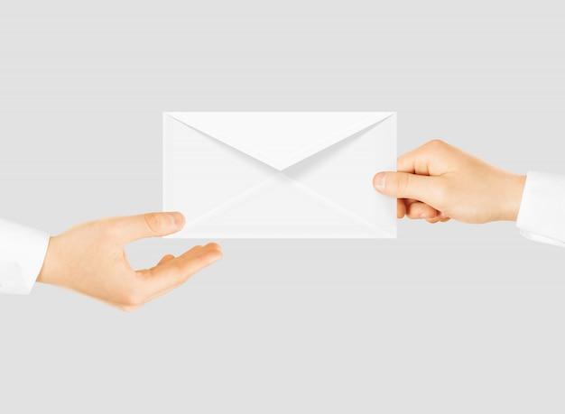 Enveloppe vierge blanche donnant la main. message envoyer la présentation. Photo Premium