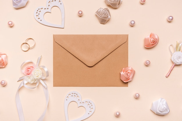 Enveloppe Vue De Dessus Entourée De Fleurs Photo gratuit